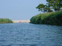 Arrivée à la plage par le canal